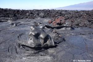 Lava, die aus einem Skylight in der Nähe übergeschwappt ist.