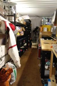 Lagercontainer. Von links nach rechts: Raumanzug, Essenlager, Teleskop, Wasserpumpe (im Holzkasten) und Batterien für unsere Stromversorgung, Werkbank mit Grundausstattung an Werkzeugen.