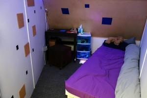 Mein Schlafraum. Eine der ersten Verbesserungen: Das Bett steht jetzt an der Wand und ich stoße mich beim Umdrehen nicht mehr an der Schräge.