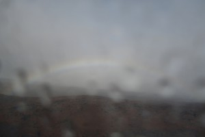 Regen und Regenbogen - beides eher untypisch für den echten Mars.