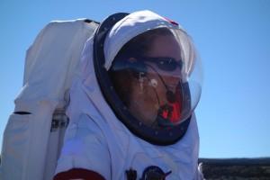Carmel auf EVA. In der Reflexion sind ich und die Kuppel vor dem Mauna Kea zu sehen.