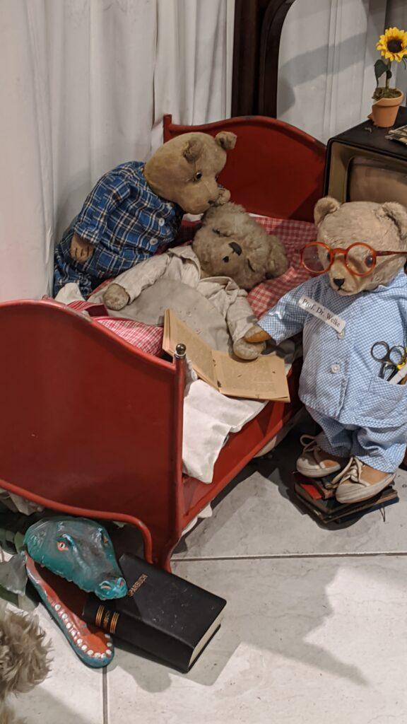 Kranker Teddybär wird von anderen Teddybären umsorgt