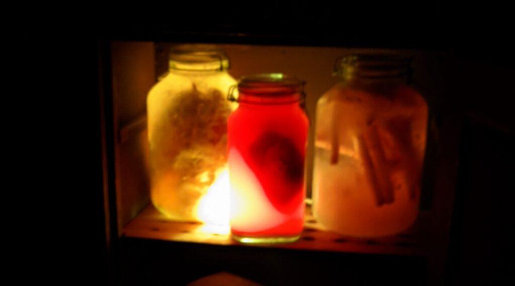Gruselige Dinge in gruseligen Gläsern mit gruseliger Beleuchtung