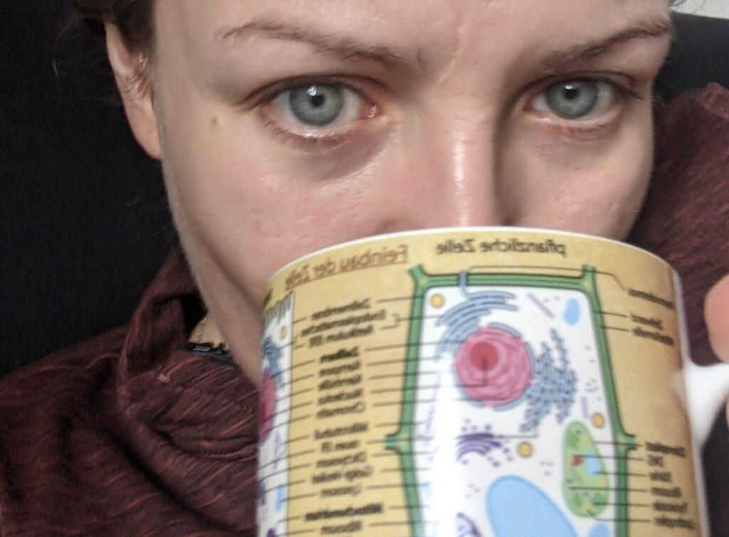 Ich, mit einer Kaffeetasse