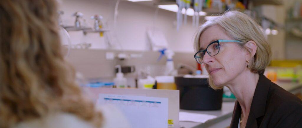 Jennifer Doudna im Gespräch mit einer Kollegin