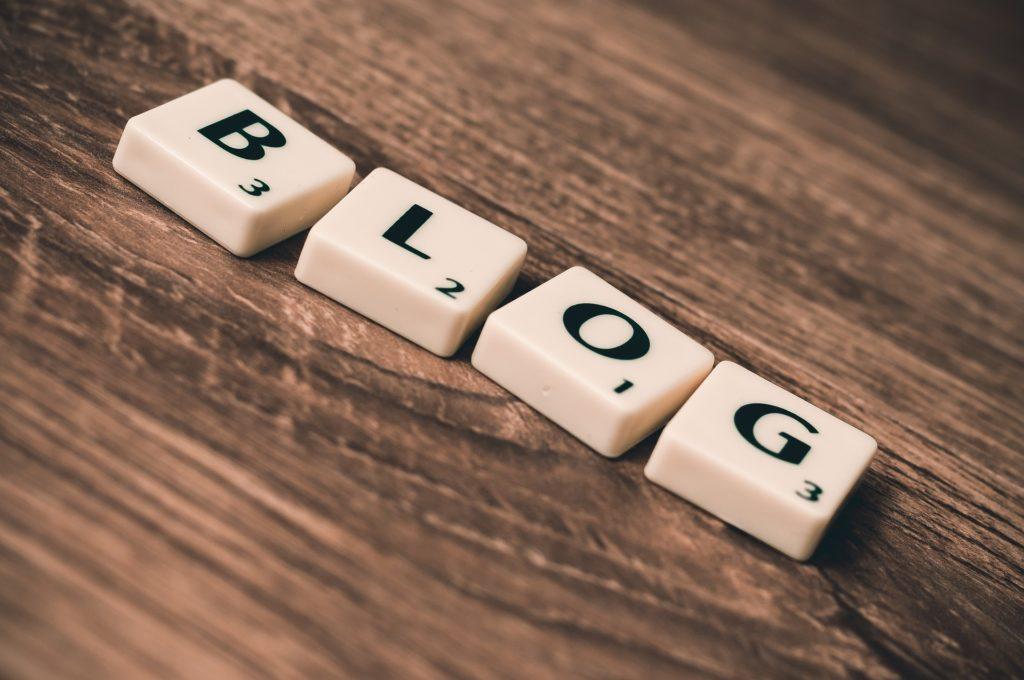 Das Wort 'Blog' aus Scrabble-Buchstaben gelegt