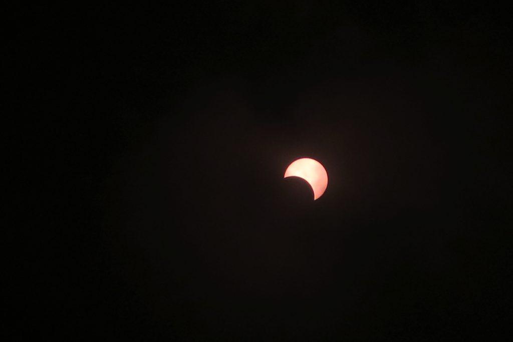Die Sonnenfinsternis um 13.19 Uhr Ortszeit (RET).