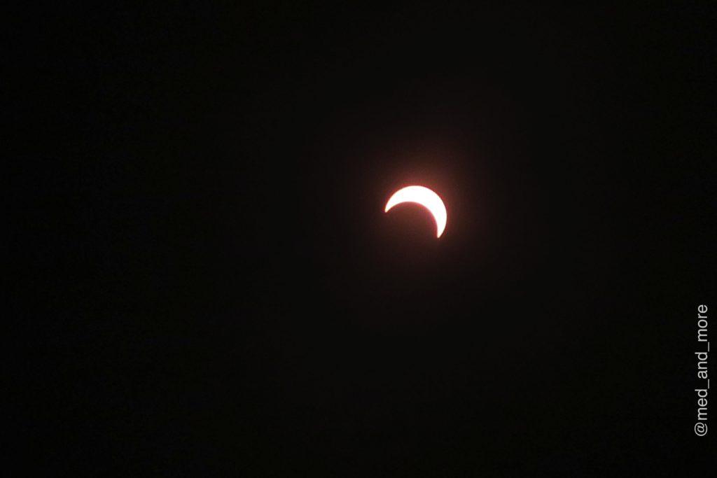 Die Sonnenfinsternis um 13.45 Uhr Ortszeit (RET).