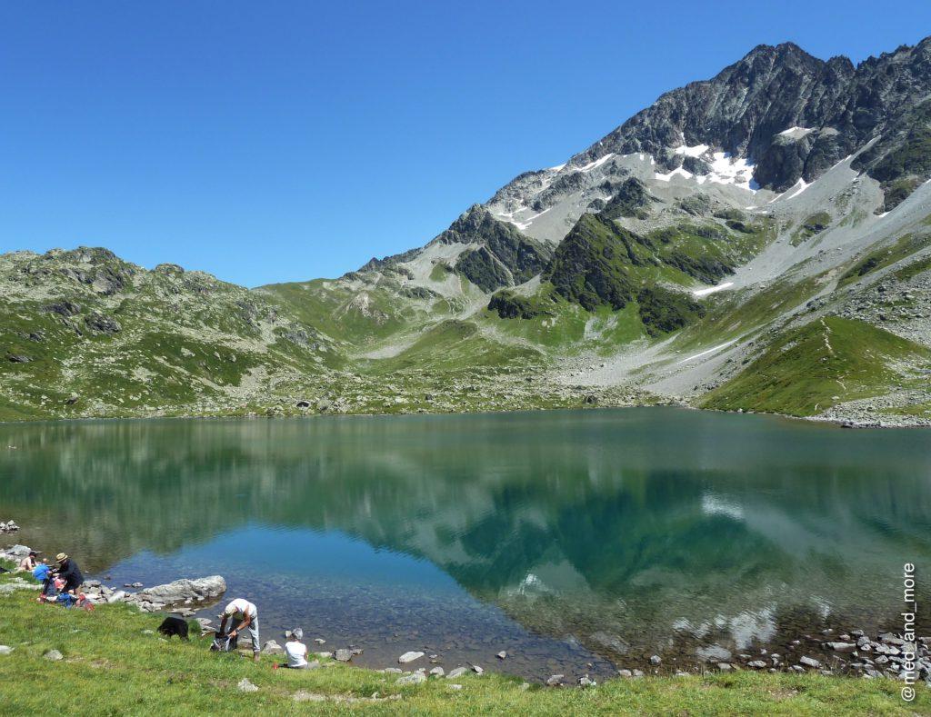 """Samivels Paradies: Die """"Lacs Jovet"""", eine etwa 2200 m über dem Meeresspiegel gelegene, malerische Seengruppe in den französischen Alpen (Rhône-Alpes) in der Nähe von Les Contamines-Montjoie. Wer es bis hierher schafft, hat in der Regel keine Probleme, seinen Müll auch wieder nach unten zu tragen. Hier gibt es auch einen Gedenkstein mit den letzten drei Zeilen des Zitates."""