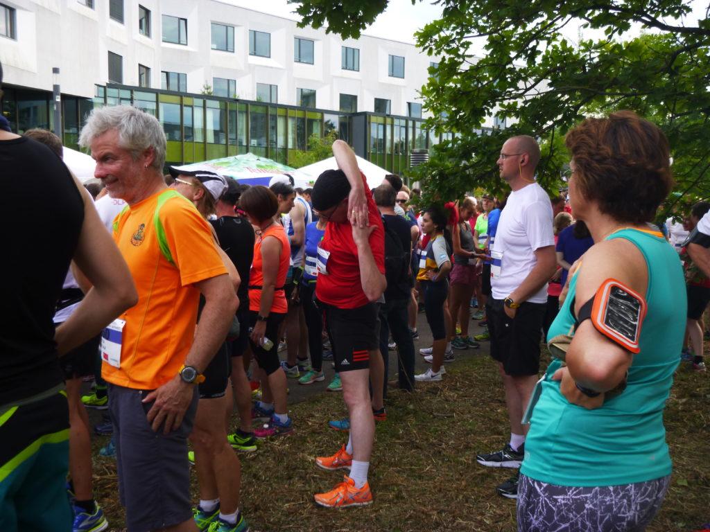 Der @juergen_hd (in Teamfarbe rot) beim Dehnen der Arme (¿!) ;) am Halbmarathon-Start.