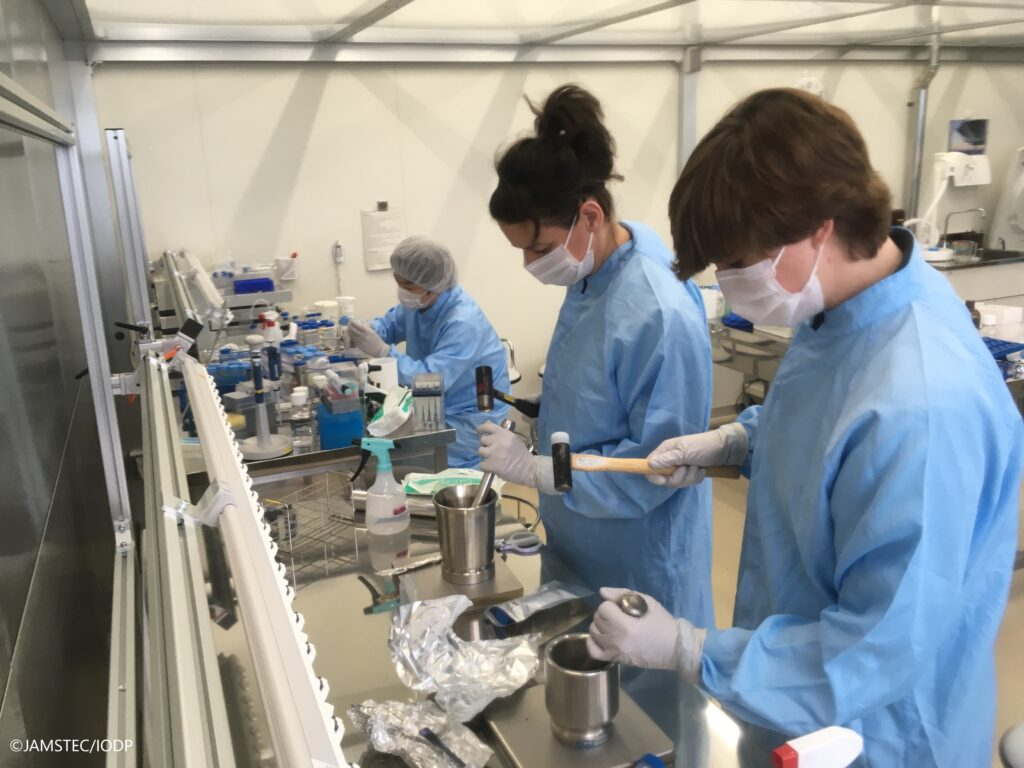 Bearbeitung mikrobiologischer Proben im Kochi Core Center