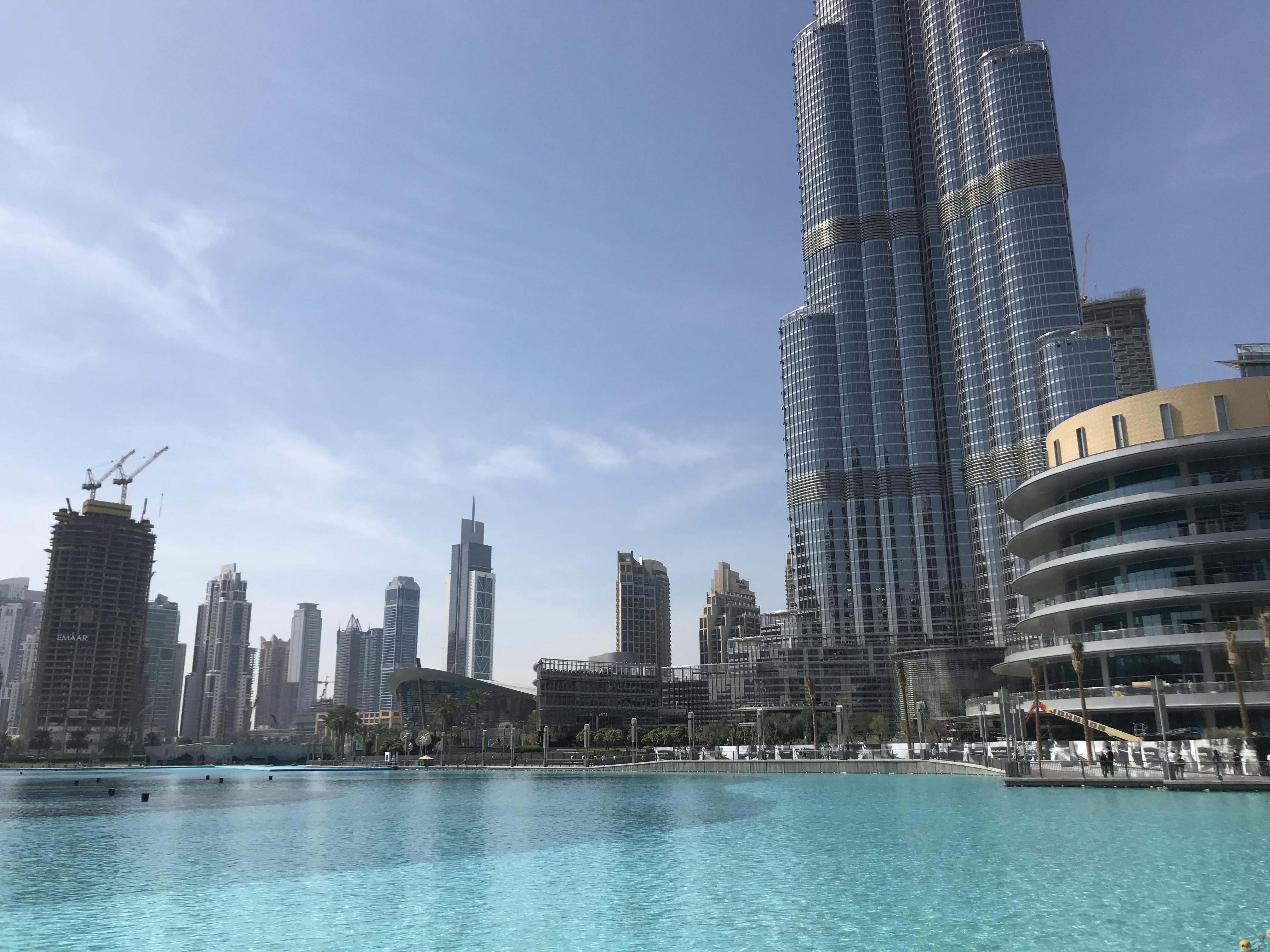 94fdaa43752989 Blick von der riesigen Dubai Mall zum Burj al-Khalifah bei sommerlichen  Temperaturen im Februar. Foto  Michael Blume