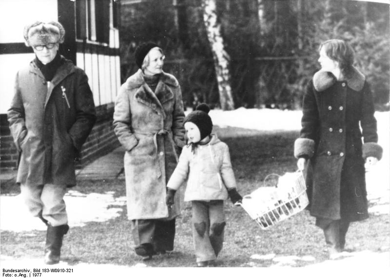 Familie Honecker beim Spaziergang im Winter