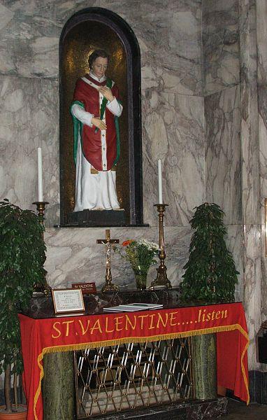 Ein katholisch-irischer Altar zu Ehren des Heiligen Valentin - mit Blumenstrauß. Foto: blackfish