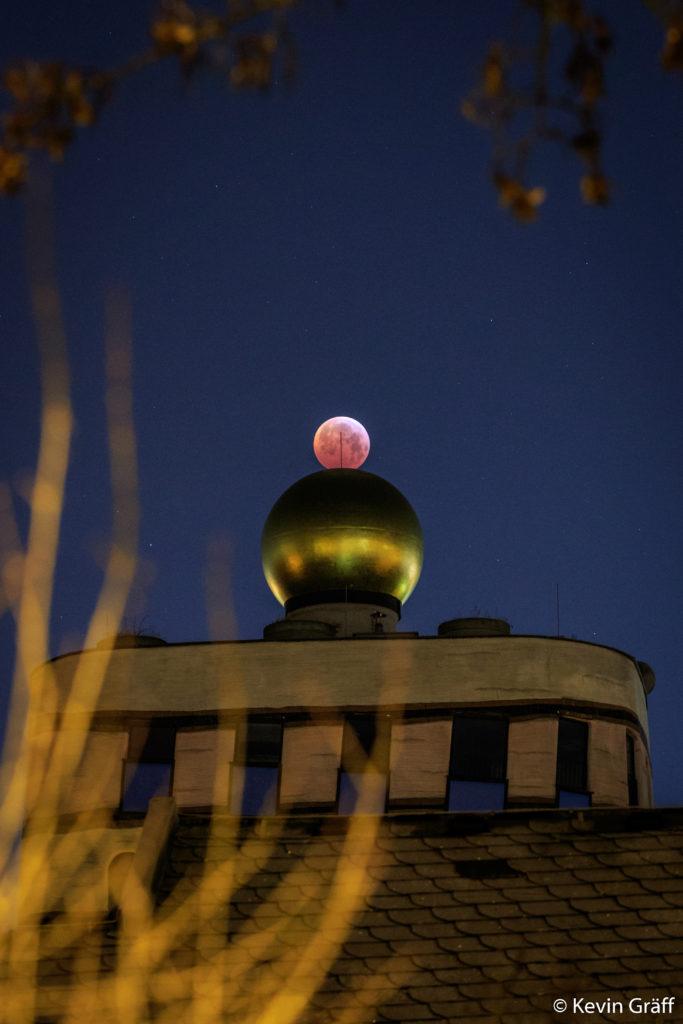 Gut ausgerichtet: Die Mondfinsternis über dem Hundertwasserhaus in Darmstadt