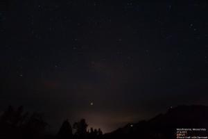Der Mond erscheint nicht heller, als die Sterne im Hintergrund