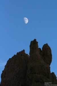 Der Mond über einem Hoodoo.