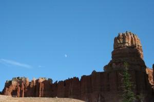 """Der Mond über """"unfertigen"""" Hoodoos"""