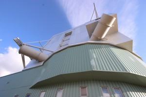 Die etwa 40 Meter hohe Einhausung des LBT (zum Vergleich: Die VLT-Kuppeln sind mit 25 Metern gerade mal gut halb so hoch)