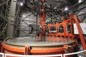 Blick auf den linken Hauptspiegel des LBT. Man sieht die drei Öffnungen, in die der Tertiärspiegel (über dem Hauptspiegel) das Licht lenken kann. Von hinten nach vorne sind das die Anschlüsse für LUCI, LBTI und LINC-NIRVANA. Ganz vorne ist außerdem noch ein Teil von PEPSI zu sehen, einem ebenfalls noch im Aufbau befindlichen hochauflösenden Spektrographen.
