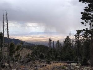 Blick auf die Regen-/Schneewolken über der Wüste.