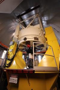 Das 1,8-Meter-Teleskop des VATT. Im Gegensatz zum LBT ist die Kuppel hier geräumig genug, dass meine 10mm-Weitwinkellinse es komplett abbilden kann.