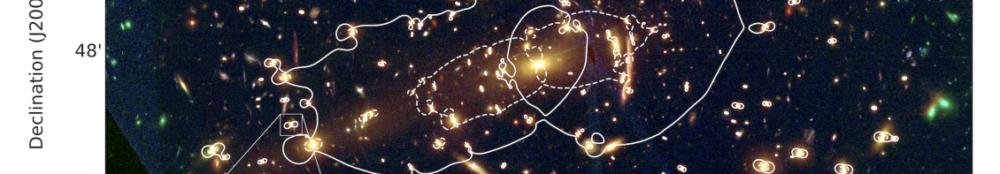 Die Bögen der Gravitationslinsen Galaxien werden genauer gezeigt. Man erkennt kleine Verzerrungen.
