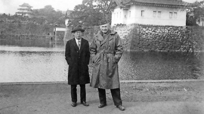Zwicky in einer amerikanischen Majorsuniform, zusammen mit einem japanischen Kollegen.