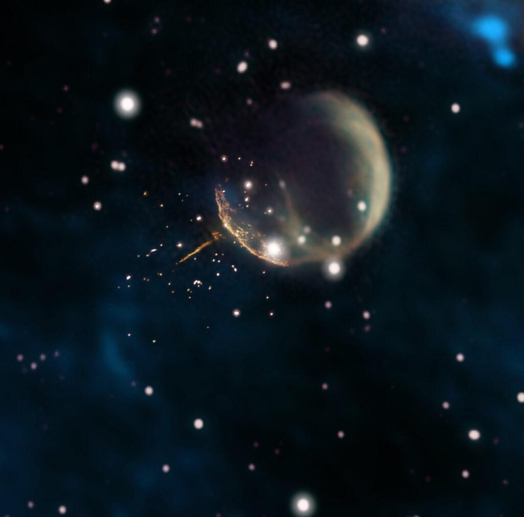 Eine astronomische Aufnahme, in der eine kugelförmige Sternenchale zu sehen ist. Eine klein Nadel sticht heraus, an deren Ende der Neutronenstern sitzt.