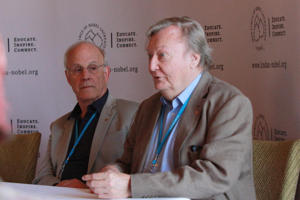 Carlo Rubbia (rechts) und David Gross (links) bei der Pressekonferenz in Lindau zur Higgs-Entdeckung