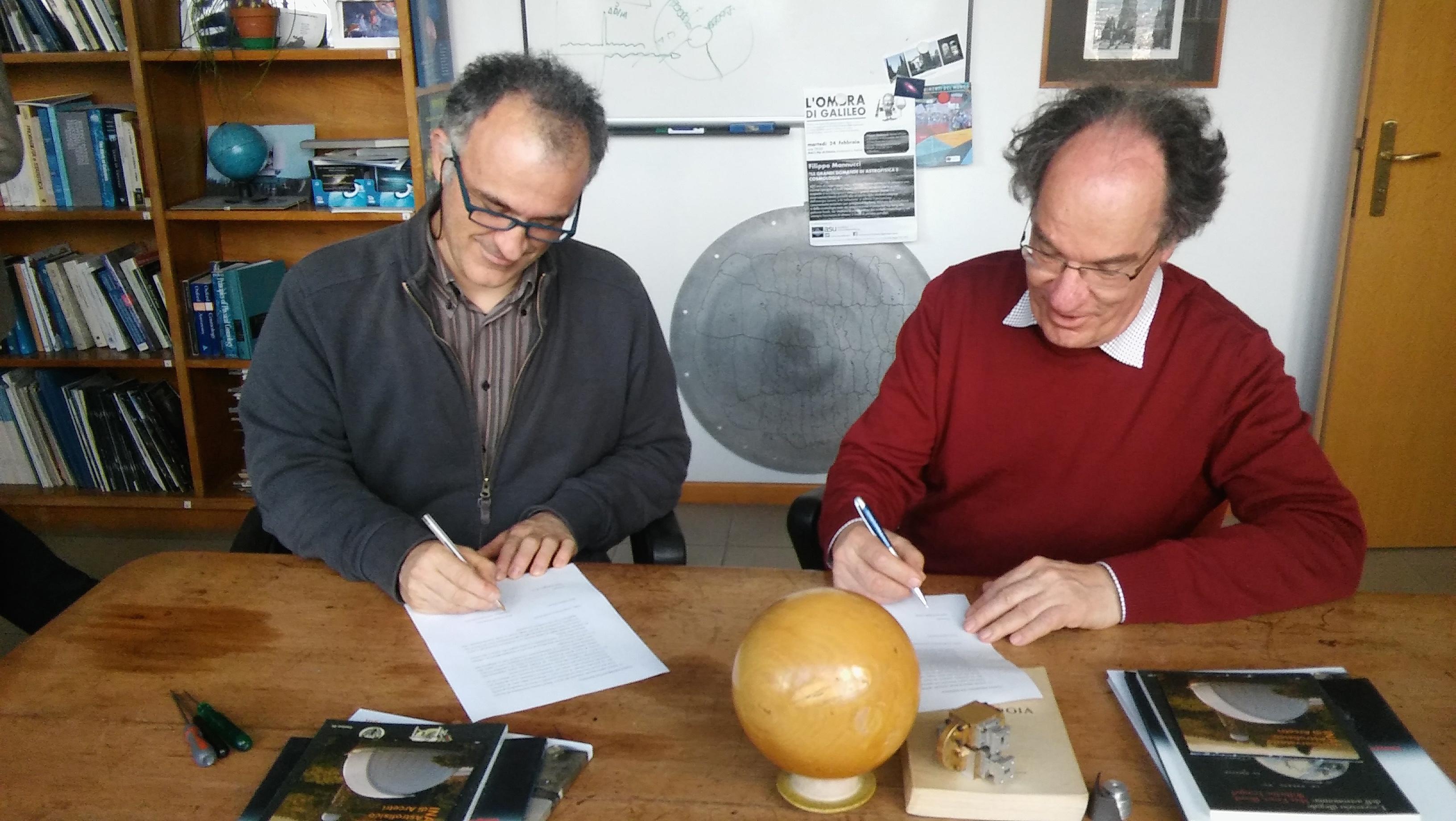 Abbildung 14: Filippo Mannucci und Jakob Staude unterzeichnen den Leihvertrag über Einsteins Flügel.