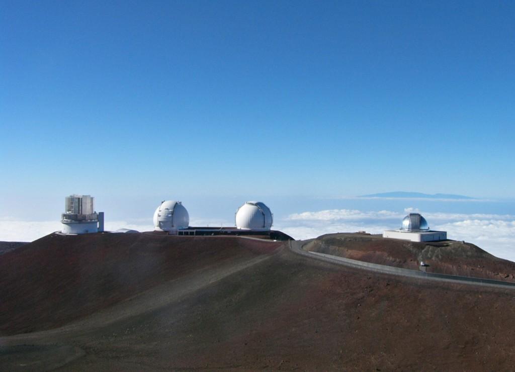 Blick auf das Mauna Kea-Observatorium. Links das Subaru-Teleskop, in der Mitte die beiden kugelförmigen Kuppeln der Keck-Teleskope. Bild: Nutzer Sasquatch via Wikimedia Commons unter Lizenz CC BY-SA 2.5