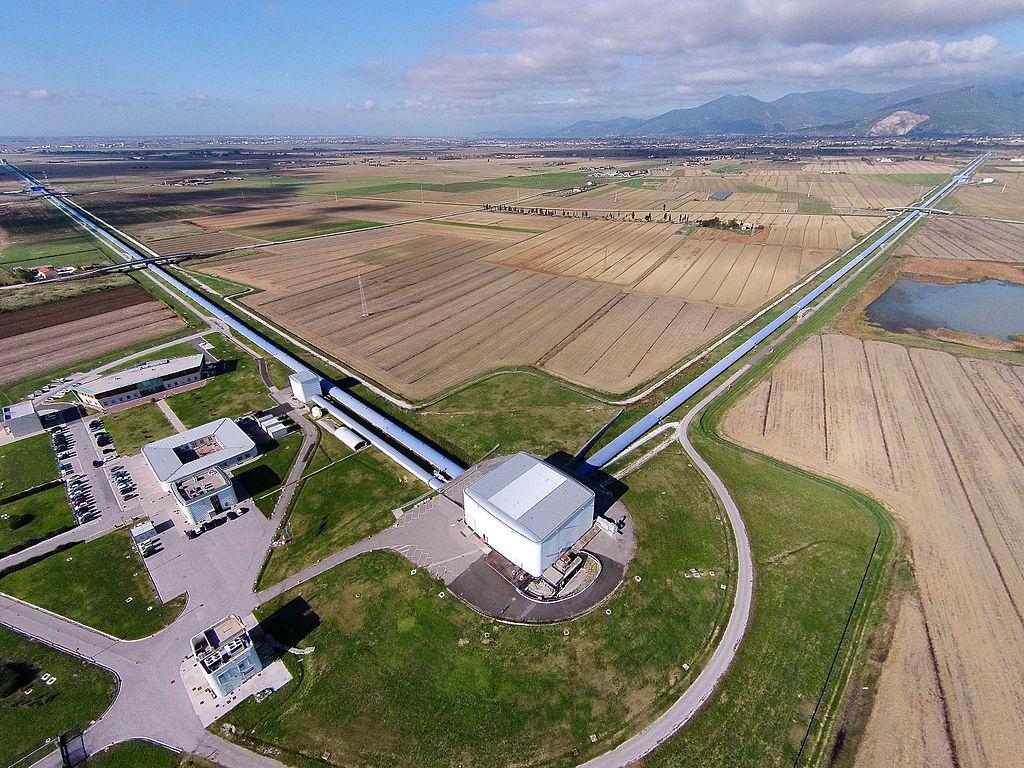 Luftaufnahme des Gravitationswellendetektors Virgo