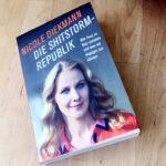 """Buch von Diekmann """"Die Shitstorm-Republik"""" auf Holztisch"""