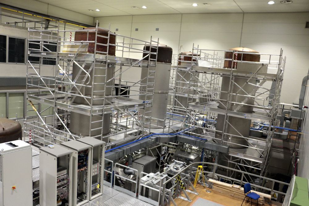Blick auf die zentralen Vakuumtanks des Gravitationswellendetektors Virgo