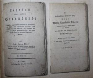 Auszüge aus dem zugehörigen Lehrbuch, die den Atlas betreffen, sind im Faksimile enthalten