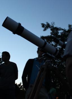 ein Amateurteleskop in der Dämmerung