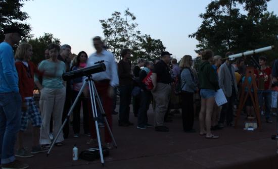 Es waren große und kleine Teleskope da: ein Dobson und ein Riesenfeldstecher...