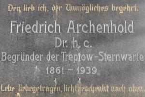 Grabstein Archenholds auf dem Friedhof Alt-Friedrichsfelde (Lichtenberg), auf dem ich oft sonntags spazieren gehe.
