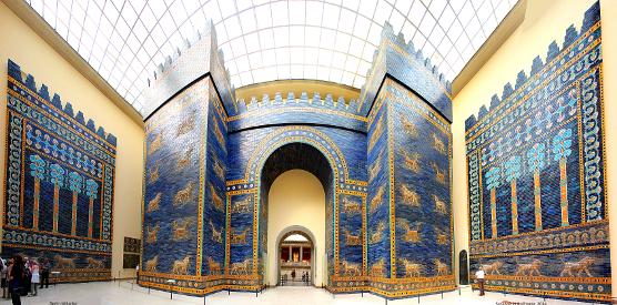 Das Ischtartor im Berliner Pergamonmuseum (Abteilung Vorasien) steht symbolisch für Höhepunkte, Schönheit und Glanz des alten Babylon.