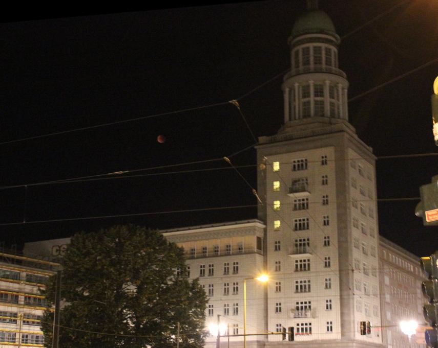 Totale Mondfinsternis überm Friedrichshain