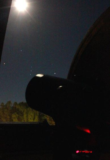 Im Laufe des Abends geht Orion auf - während sich der Held auf der Seite liegend erhebt, ist mir diese Aufnahme durch den Kuppelspalt gelungen.