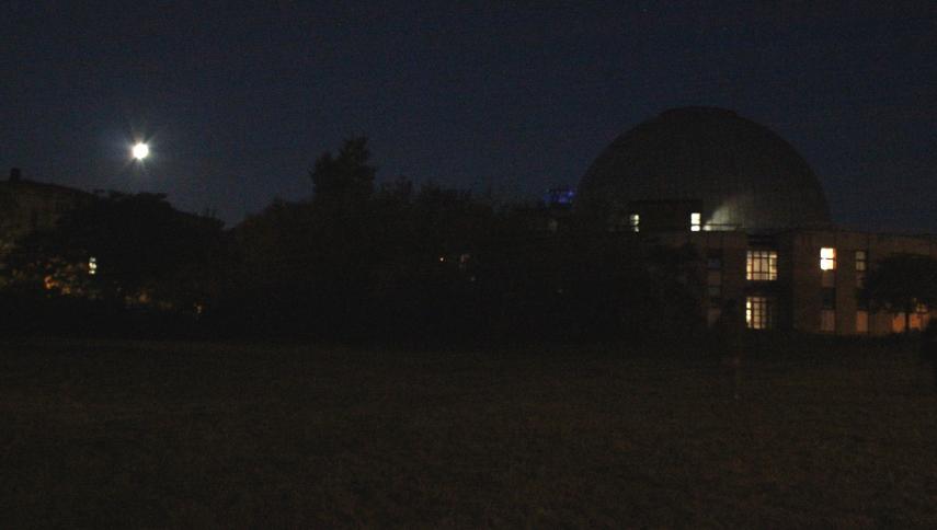 verfinsterter Mond nebem dem Planetarium: Der Mond ist schon überbelichtet und das Plani noch knapp zu dunkel (je nachdem, wie hell Ihr Monitor ist).