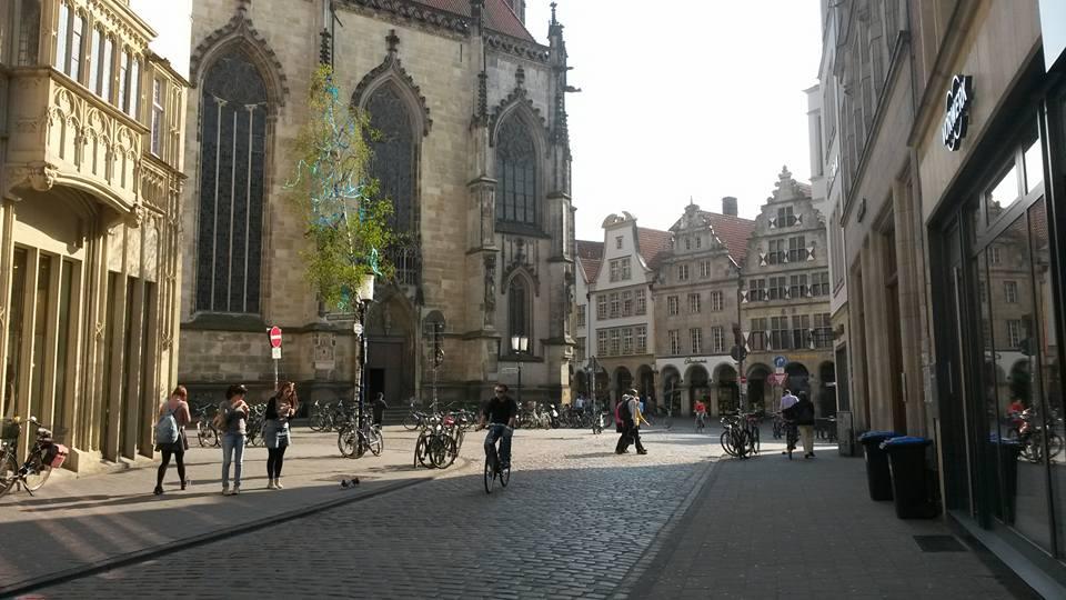 Altstadt von Münster bei strahlendem Sonnenschein und T-Shirt-warmem Wetter: der Norden ist großartig!
