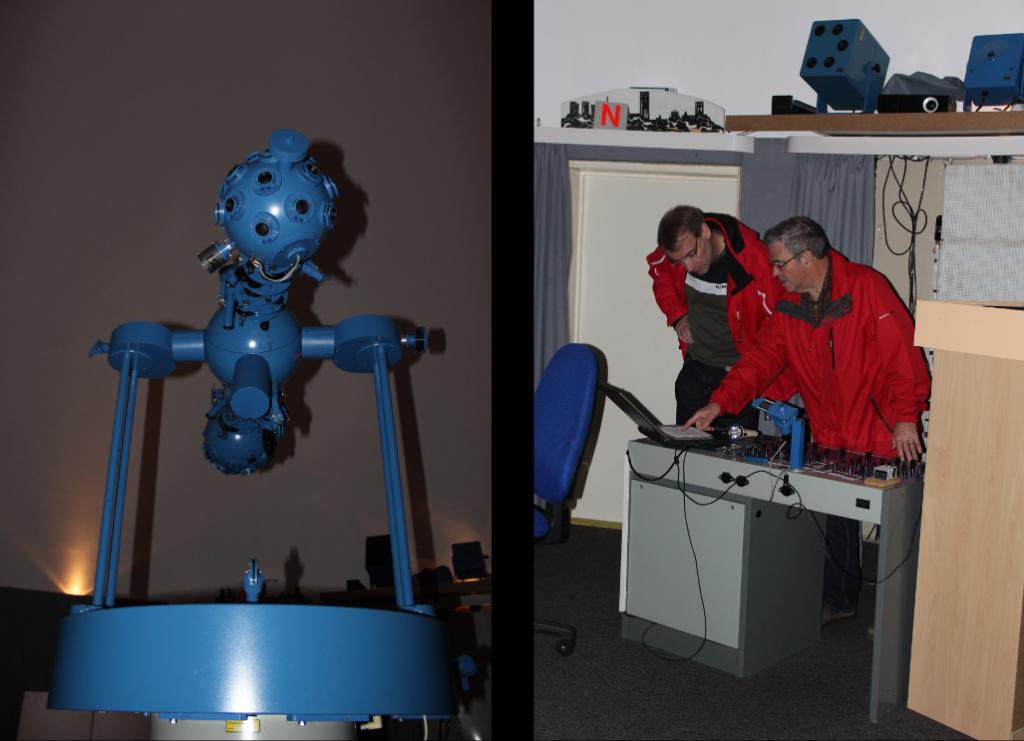 Staffelstab-Übergabe in Frankfurt: Der pensionierte Lehrer Herr Ullrich übergibt dem neuen Betreiber, Herrn Maaß, das Planetarium im Wasserturm.