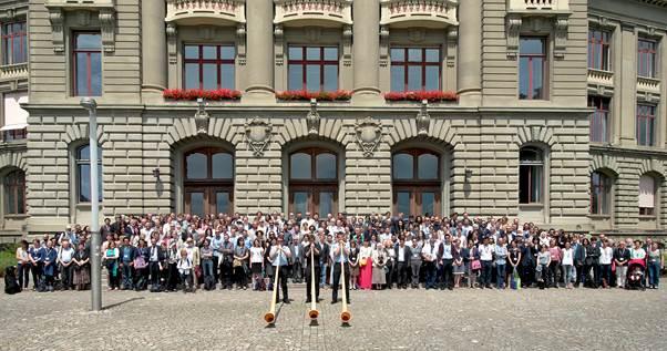 Gruppenfoto vorm Portal der Uni Bern; dieses und weitere auf  http://rai.unibe.ch/gb/photos/
