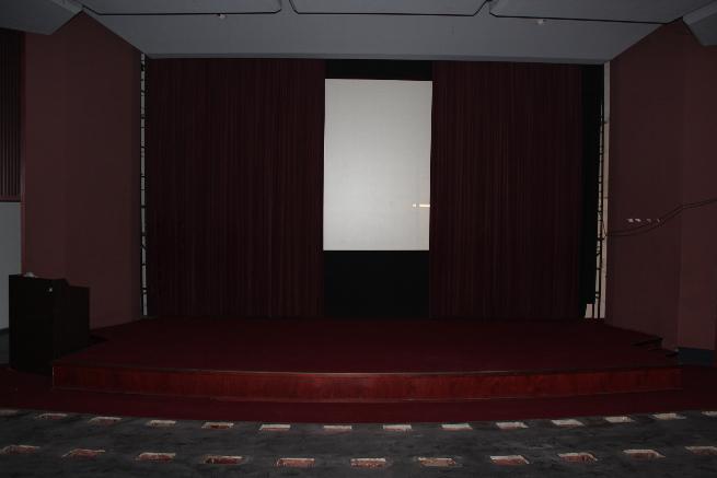 Im Kino sieht man wenigstens noch, wie es gemeint war: roter Vorhang und Leinwand sind da - nur statt der Sessel gibt's Löcher im Boden.