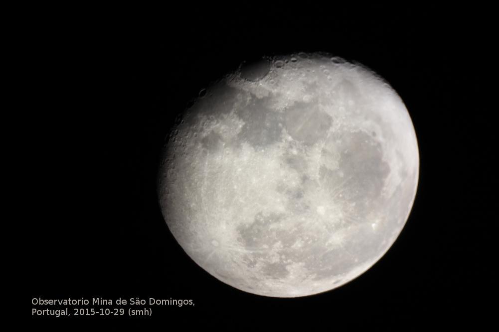 Mond durchs Teleskop in Mina de São Domingos.