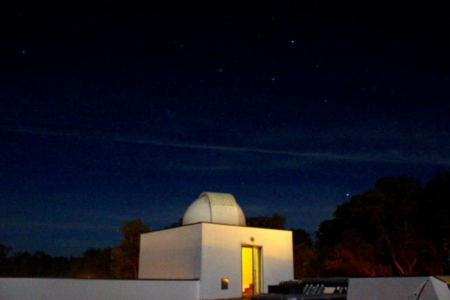 Die Sternwarte vor den Sternbildern Cygnus und Lyra