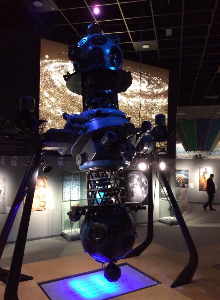 Der alte Planetariumsprojektor (Knochen) steht in der Ausstellung, während der modernere (innen) wie ein Ei aussieht.